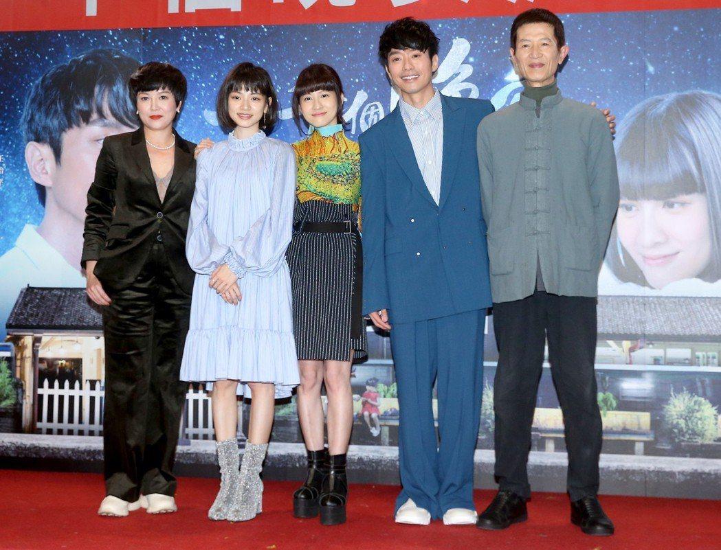 苗可麗(左起)、姚愛甯、連俞涵、張棟樑、陳博正出席《一千個晚安》同歡會。記者余承...