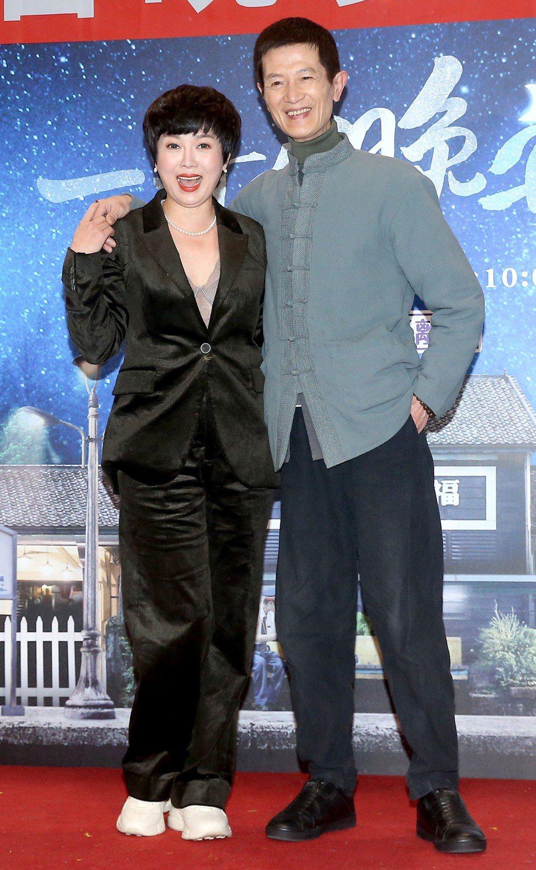 苗可麗(左起)與陳博正(右)一同出席《一千個晚安》同歡會。記者余承翰/攝影