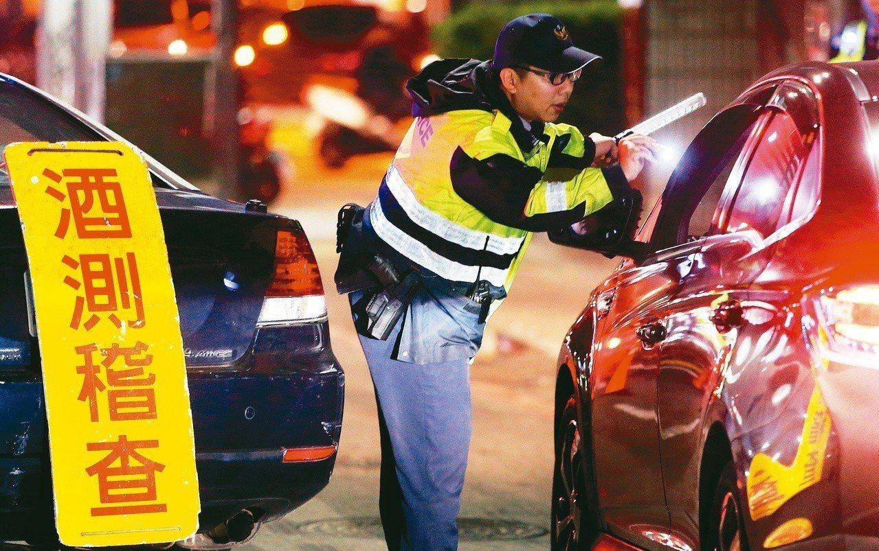 立法院今天三讀「道路交通管理處罰條例」部分條文修正案,確定汽機車酒駕處罰的分流,...