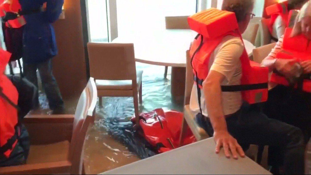 挪威郵輪北海驚魂,更多畫面曝光,顯示等待救援期間,船艙因海水倒灌而積水。圖片擷取...