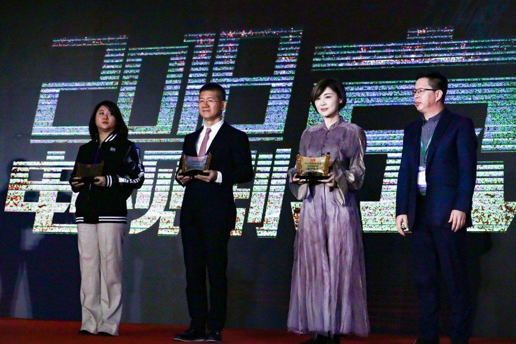 「幸福一家人」總製片人賴聰筆(左2)上台領獎。圖/恩喬依影視提供