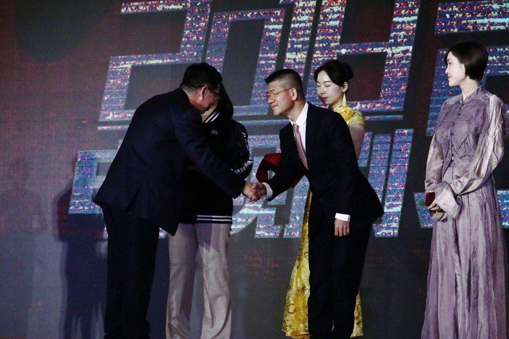 「幸福一家人」總製片人賴聰筆(右2)上台領獎。圖/恩喬依影視提供