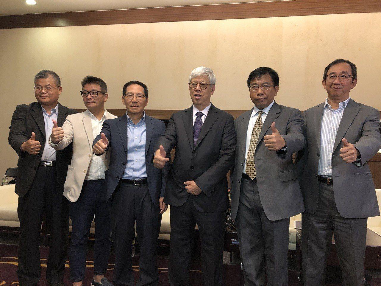 英業達董事長卓桐華(右三)與經營團隊。記者蕭君暉/攝影