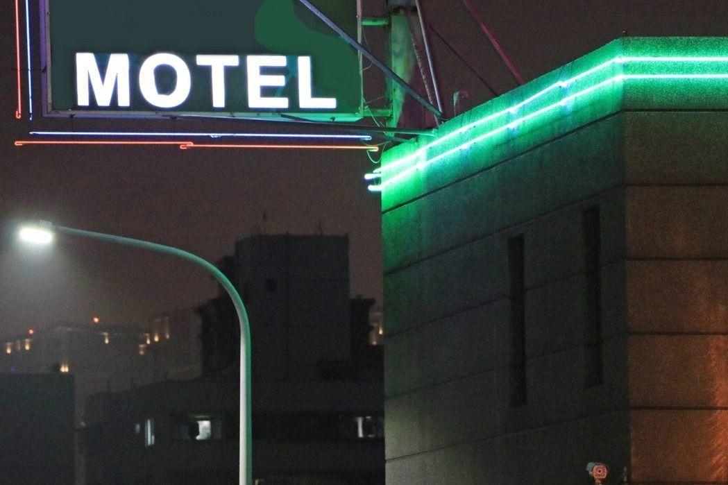 一名女子日前和老公住進台中某家汽車旅館,沒想到接連換了三間房都有問題。示意圖/聯...