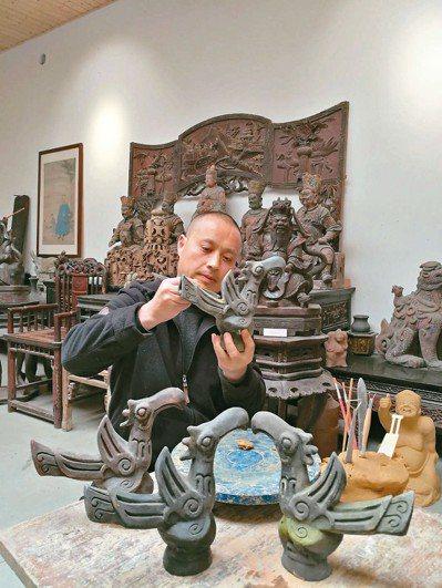 王萬富正專注製作「陶藝神鳥」。 圖/本報四川德陽傳真