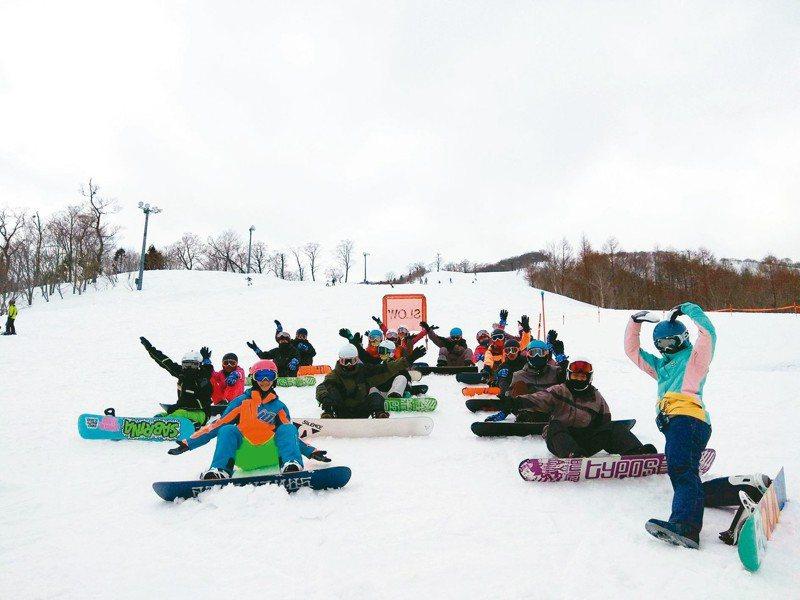 明新科大運管系學生到日本岩手縣夏油滑雪場 訓練。 圖/明新科大提供