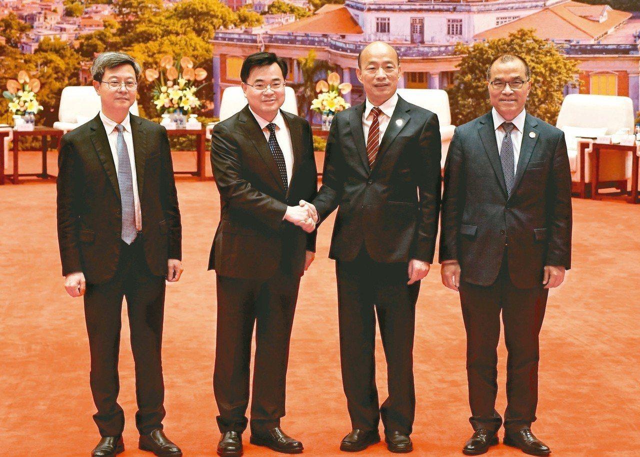 廈門市委書記胡昌升(左二)在廈門國際會議中心會見前來參訪的高雄市長韓國瑜(右二)...