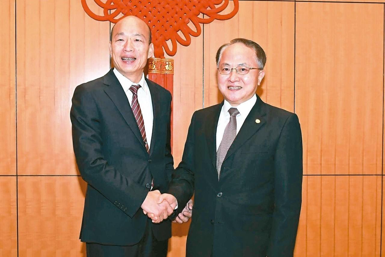 高雄市長韓國瑜(左)拜會香港中聯辦王志民(右),在台灣引發藍綠口水戰。 圖/取自...