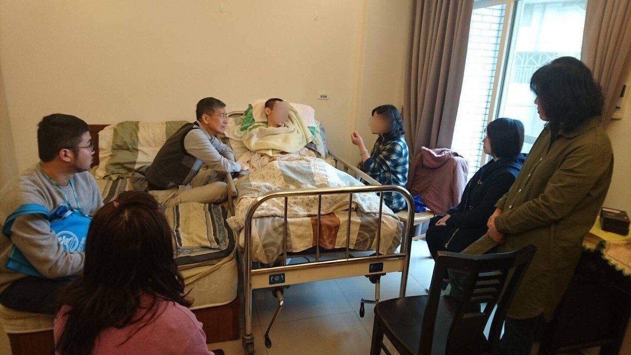 面對善終這道人生課題,東元醫院安寧緩和醫療共同照護醫師范誠宗建議家屬分享道謝、道...