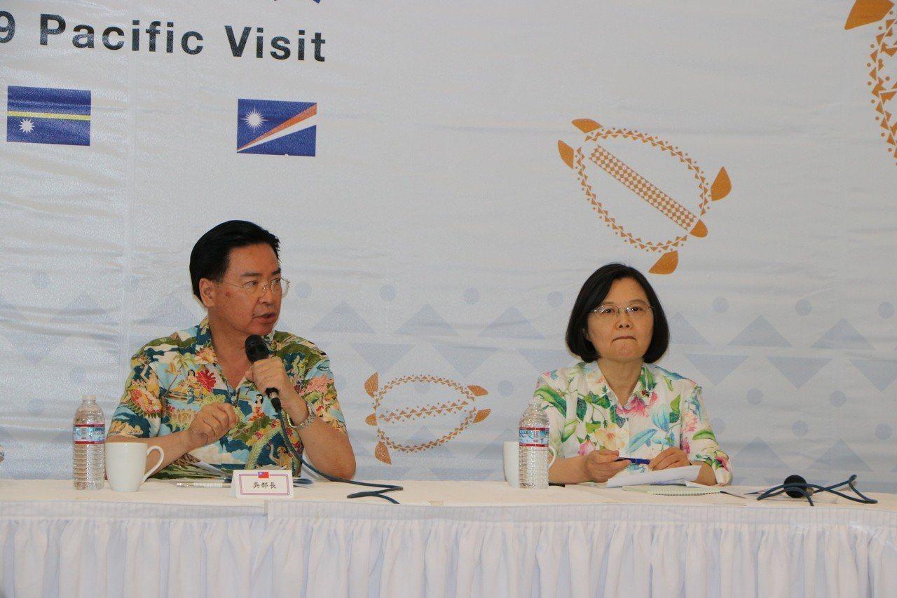 蔡英文總統(右)「海洋民主之旅」到訪友邦馬紹爾群島。 特派記者周佑政/攝影
