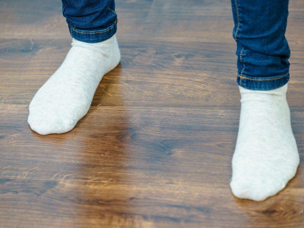 糖尿病患者因為神經病變而使末梢神經喪失感覺,除了要用眼睛多多觀察足部的狀況,在襪...