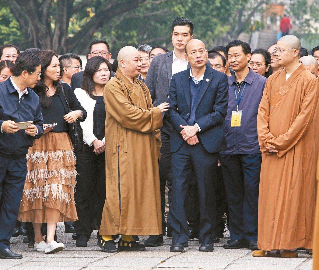 高雄市長韓國瑜(右三)昨天一早前往廈門南普陀寺參拜。 記者劉學聖/攝影