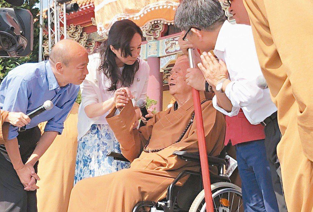 去年十一月大選期間,韓國瑜(左一)與太太李佳芬拜會星雲大師,並在水陸法會上誦念心...