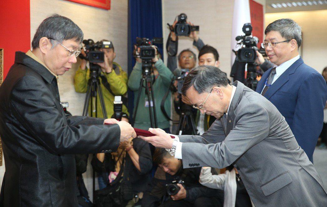 台北市長柯文哲(左)26日在市政會議前主持副市長蔡炳坤(中)宣誓就職儀式。外界聯...