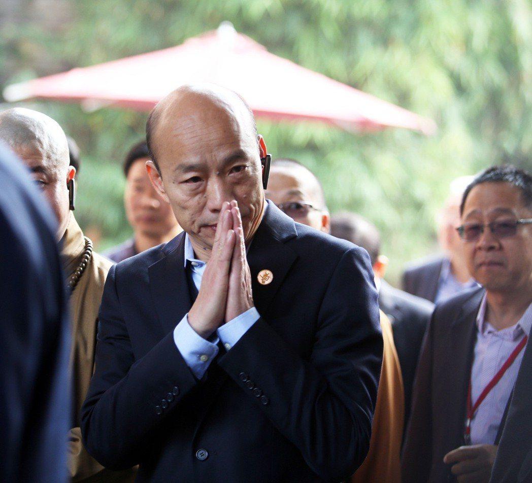 高雄市長韓國瑜昨天一早前往廈門南普陀寺參拜,一進入寺院,他就虔誠的比起佛教參拜手...