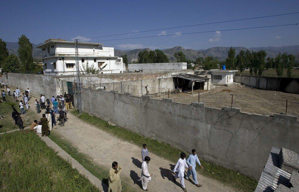 賓拉丹在巴基斯坦阿伯塔巴德蓋豪宅藏身,他被擊斃後當地民眾紛紛來看熱鬧。 (美聯社...