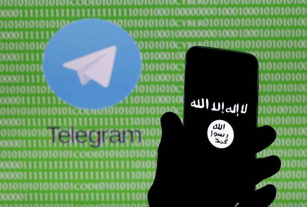 男子拿著螢幕上顯示伊斯蘭國標誌的手機。伊斯蘭國首腦巴格達迪為了避免遭追蹤,完全不...