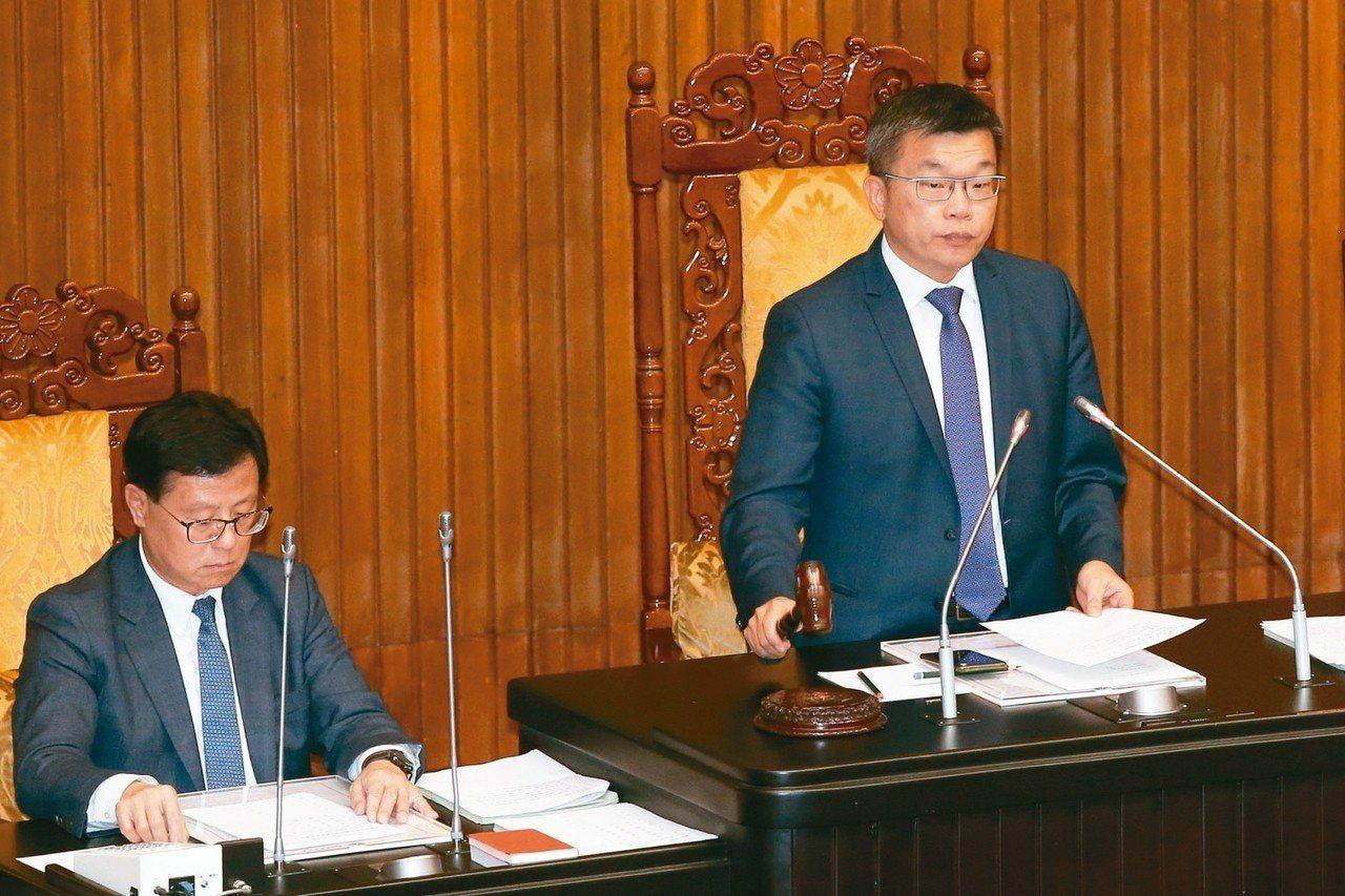 立法院昨天三讀通證交法修法,副院長蔡其昌(右)敲槌宣布通過。 記者王騰毅/攝影