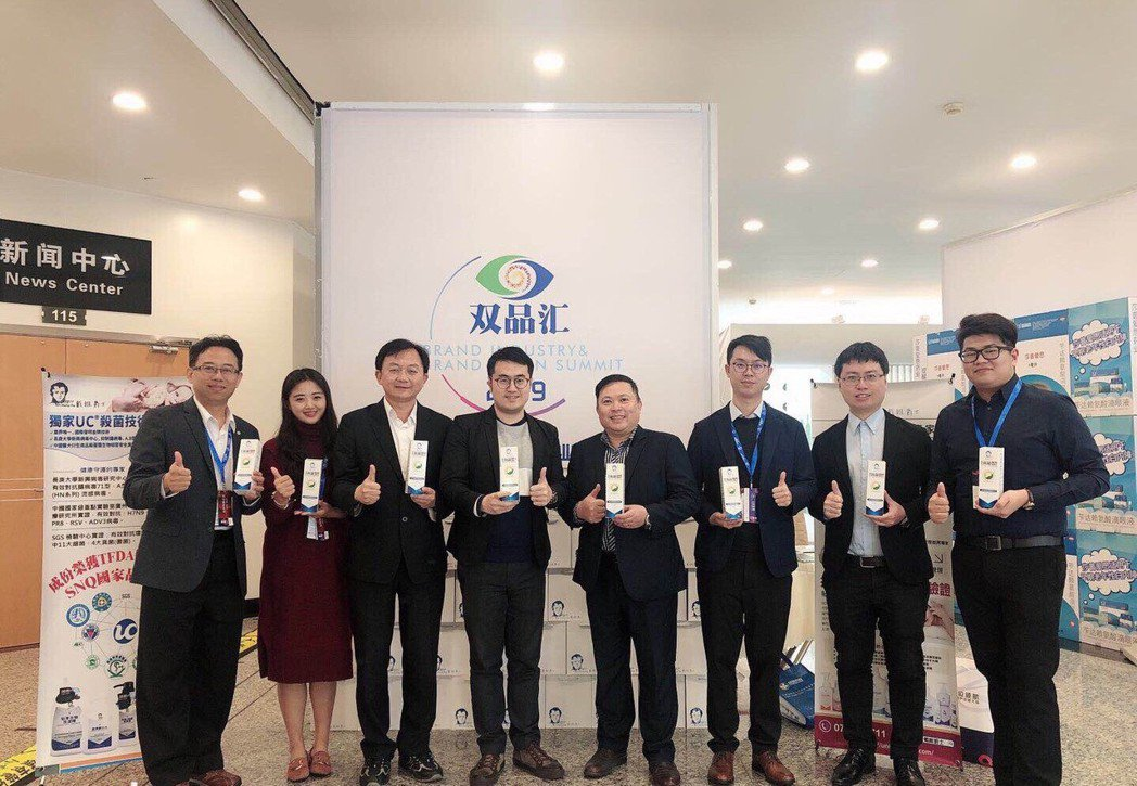 台灣藥品管理協會秘書長陳建州(左一)、全球連鎖大藥局總經理謝志明(左三)、優尼克...