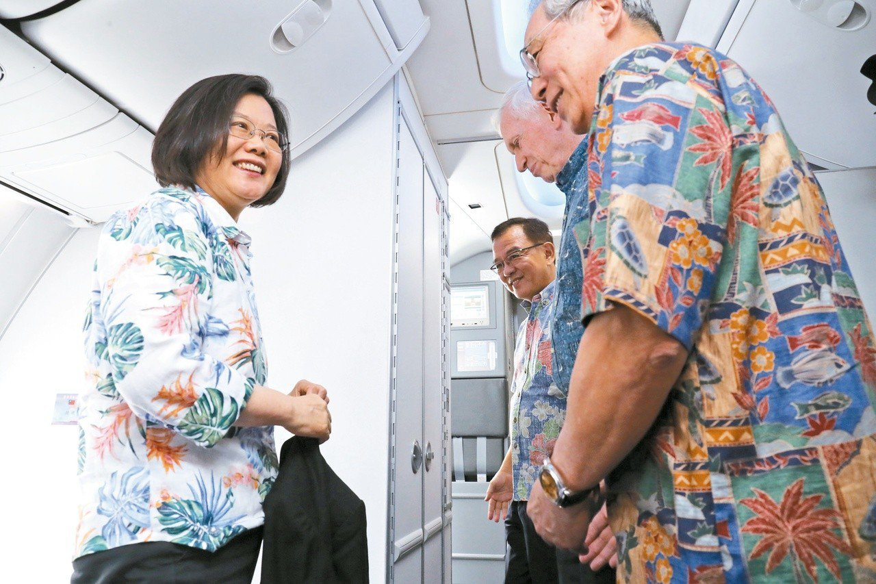 總統蔡英文(左)出訪南太平洋3友邦,27日過境夏威夷,駐美大使高碩泰(右)、美國...