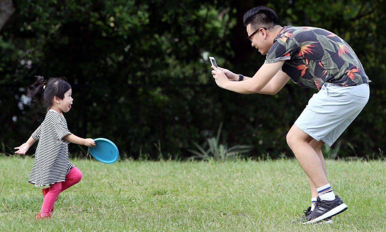 台灣人口老年化、少子化問題日趨嚴峻,去年新生兒數以18萬1,601人創下八年來最...