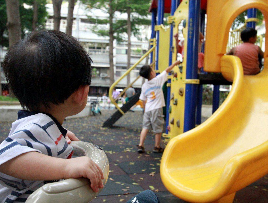 政府積極推動少子女化對策,營造「0至5歲全面關照」友善育兒環境,希望2030年生...