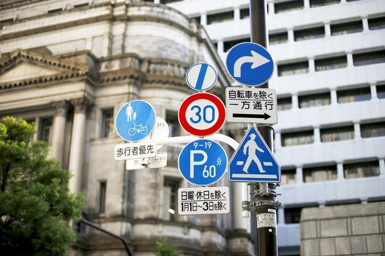 在日本新手司機的公車,司機本人手臂上會戴上「研修中」的臂章,大部分的司機都會等上車的乘客坐好,才輕聲提醒「要開車了」,很少會發生台灣公車搶快、超速的情形。 圖/路透社