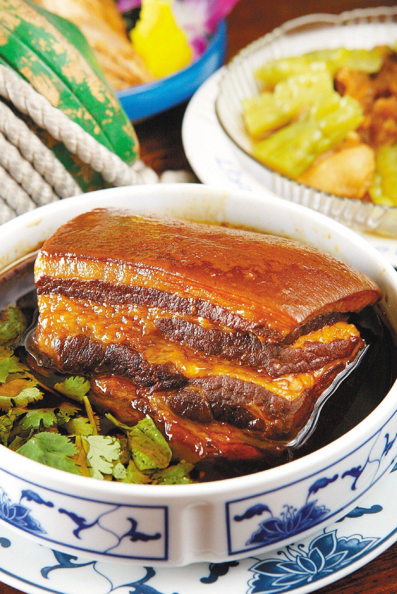 古早台式烘肉:肥油已被蒸掉,吃進嘴裡滑嫩不油膩,料理道地,在女娘的店一紅十多年。...