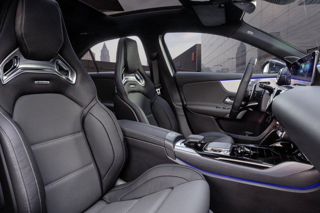 只要是AMG,雙前座AMG跑車座椅一定是標準配備。 摘自Mercedes