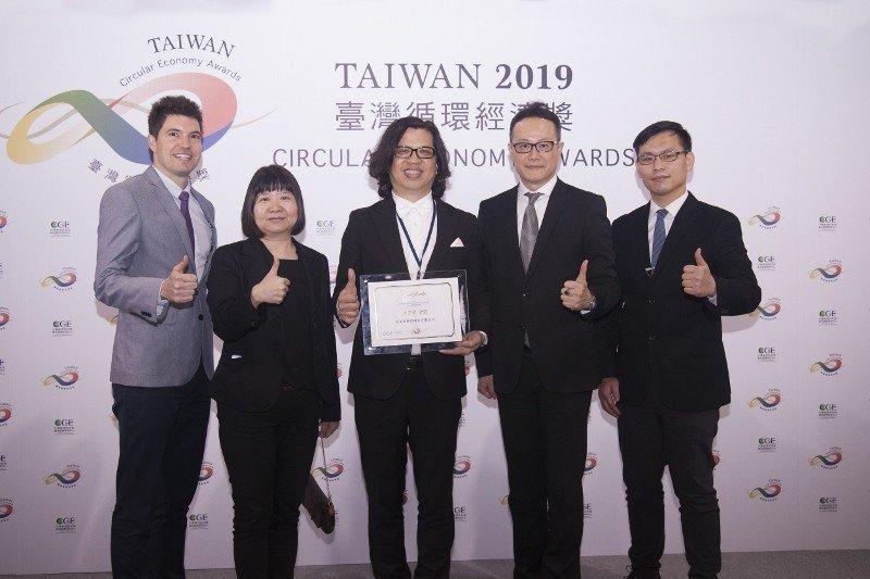「全球最綠美妝公司」歐萊德董事長葛望平與團隊夥伴出席台灣循環經濟獎頒獎典禮,抱回...
