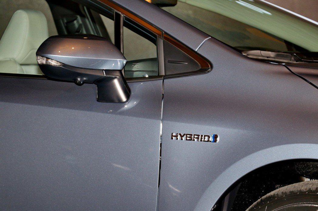 Hybrid旗艦車型,後照鏡上除了方向燈,也多了PVM環景系統的鏡頭。 記者陳威...