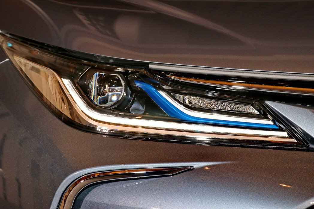 Hybrid旗艦車型搭載LED Bi-Beam投射式頭燈,科技與安全兼具。 記者...