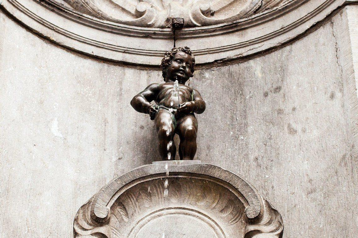 世界知名的比利時「尿尿小童」雕像,歷經400年的放尿不止,原以為是循環利用的噴水...
