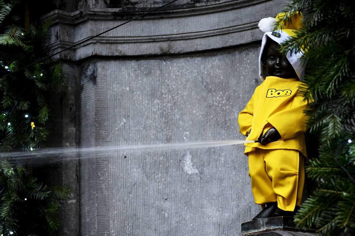 圖為2013年耶誕節前夕,比利時「反酒駕運動」上身的尿尿小童。 圖/法新社