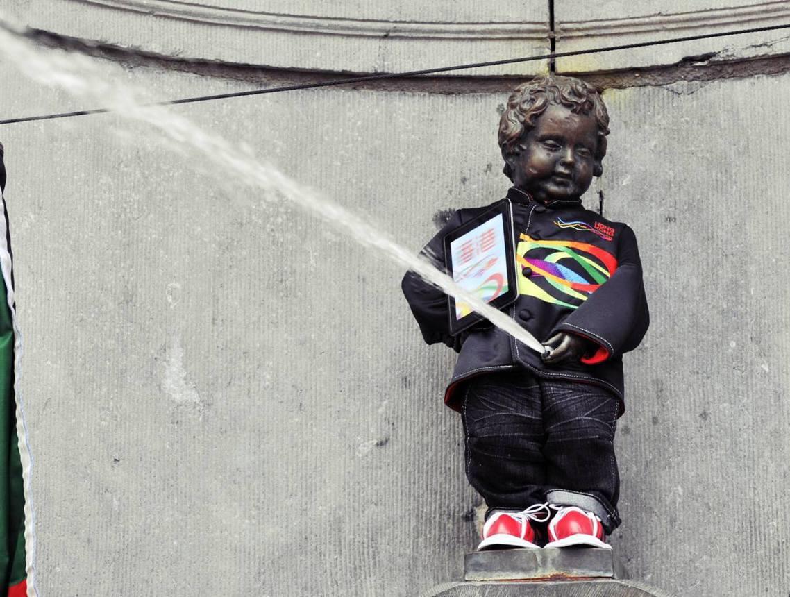 圖為2012年,尿尿小童與香港政府合作,穿著傳統「中山裝」噴尿的宣傳活動;在20...