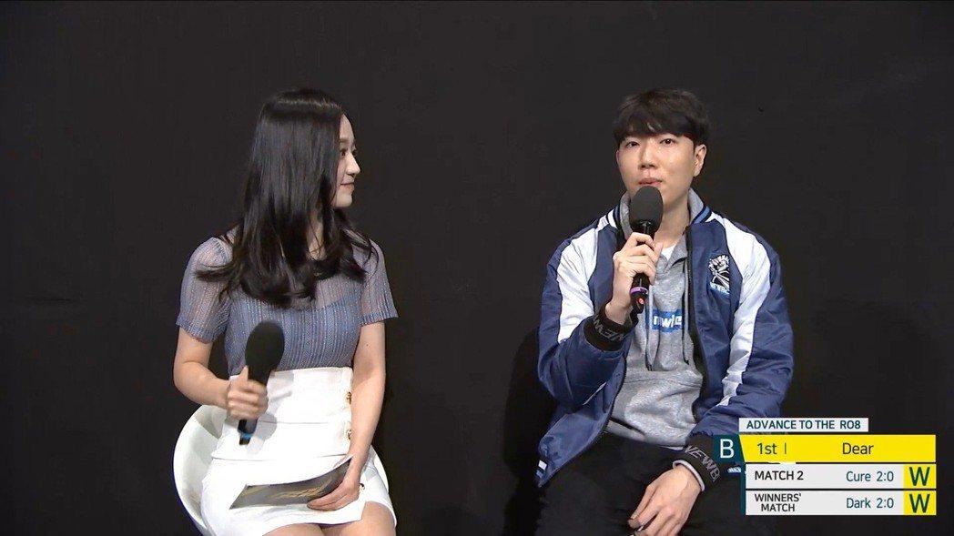 (左起)主持人Gyuri、Dear 圖/AfreecaTV 實況畫面