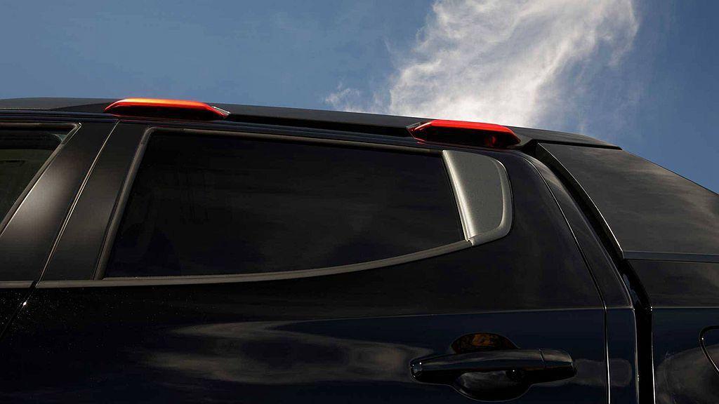 車頂方面加裝特殊造型飾板,且每個車門上方都有一個紅色把手。 圖/Mitsubishi提供