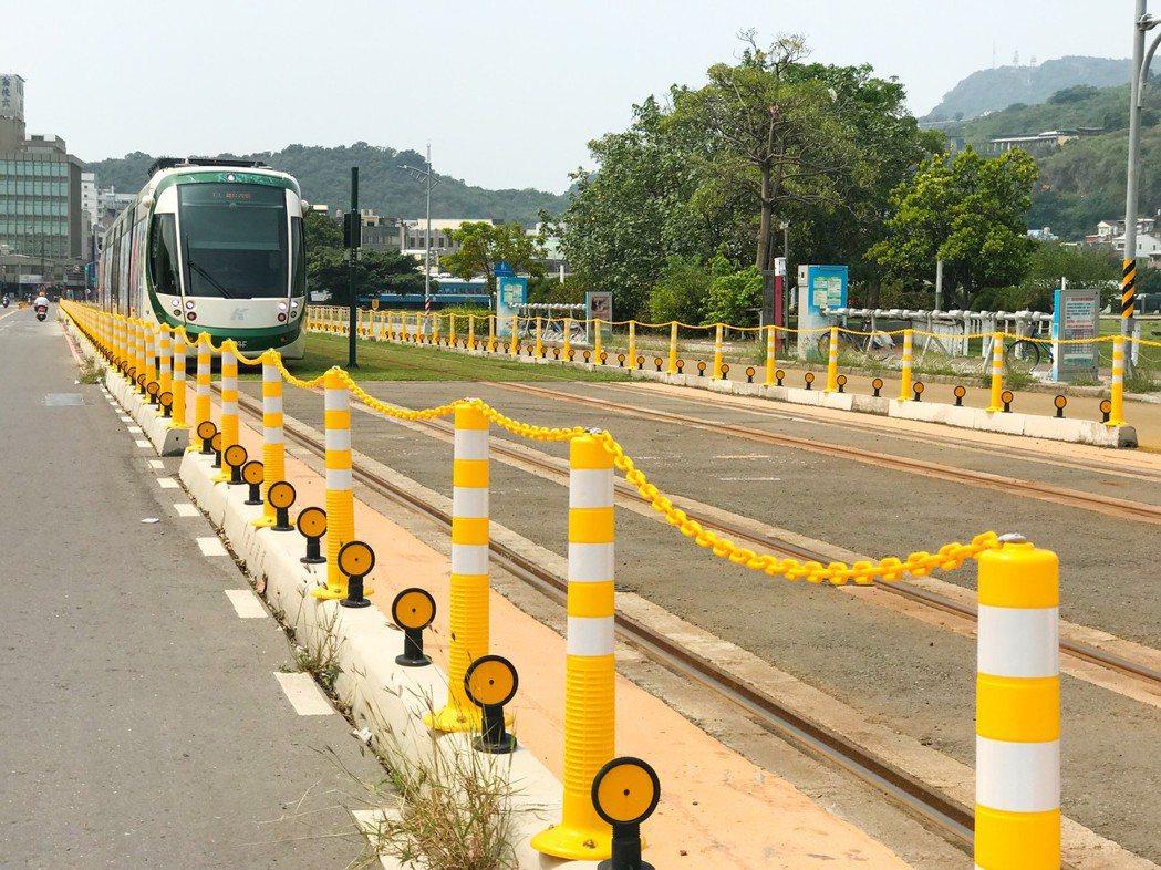 高雄輕軌兩側架起路緣石,隔絕人車通行,特殊設計在全世界有輕軌國家可算是獨創。