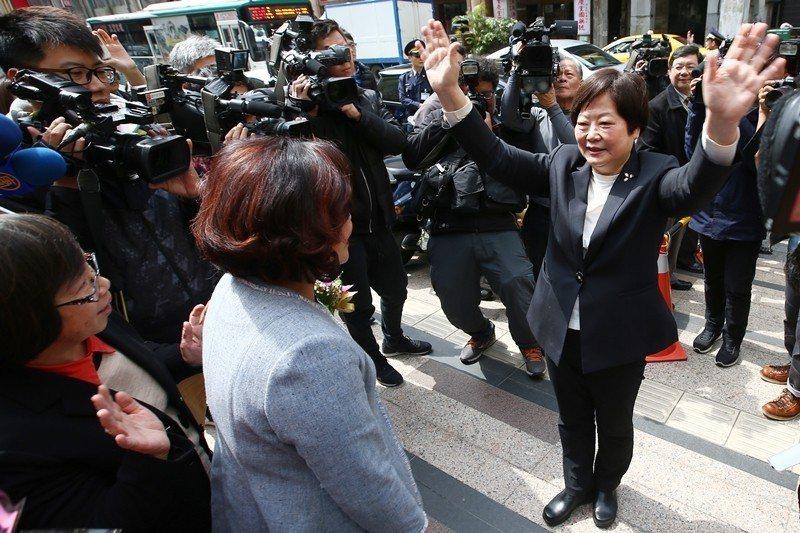 圖為2018年2月,卸任勞動部長林美珠向同仁揮手道別,同年12月林就任台灣金聯董座,但隔天即離職。 圖/聯合報系資料照