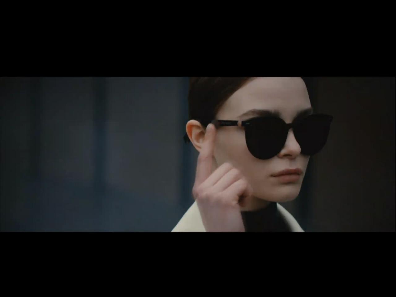 發表會播放的形象影片中,模特兒手指輕觸鏡腳,即可啟動智慧助理功能。圖/摘自發表會