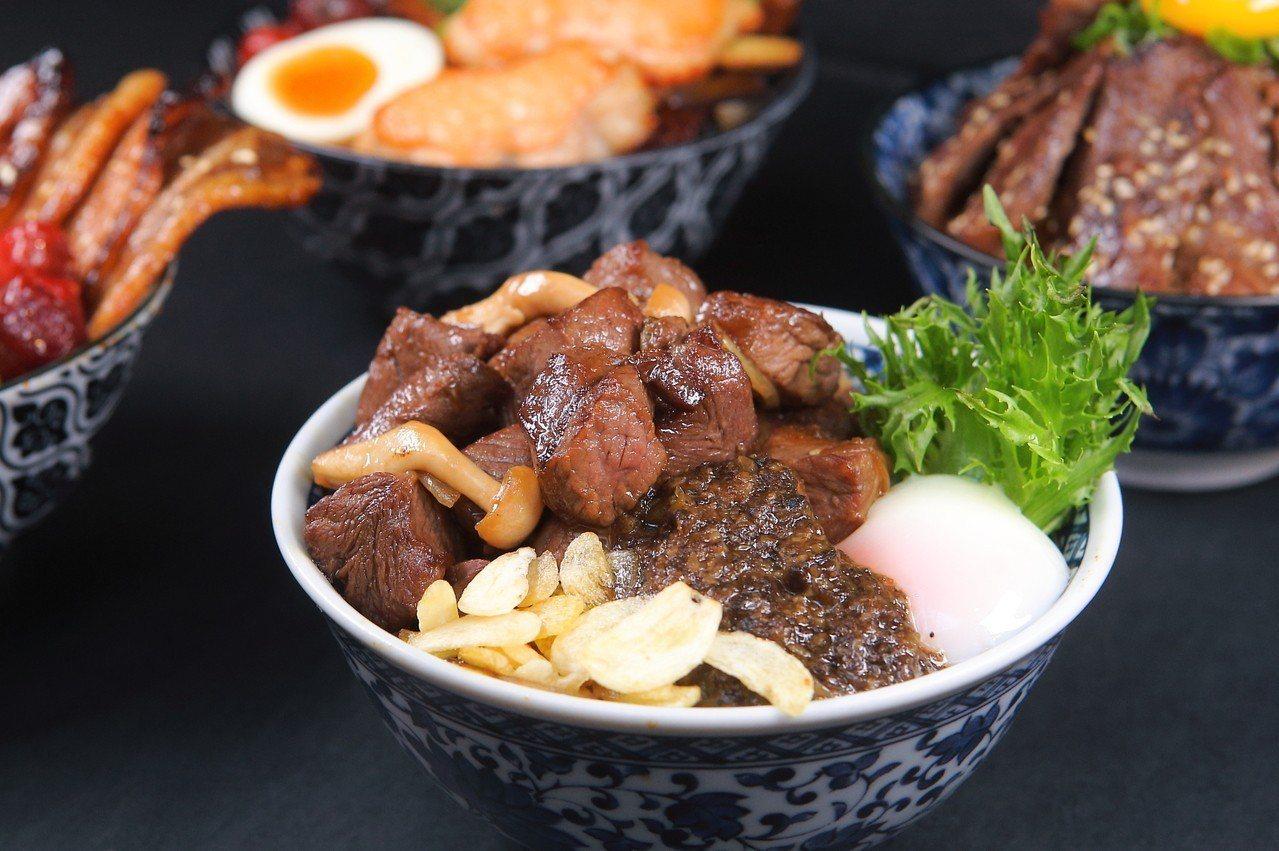 飯上淋有一大杓松露醬的「松露角切牛排丼」,360元。記者陳睿中/攝影