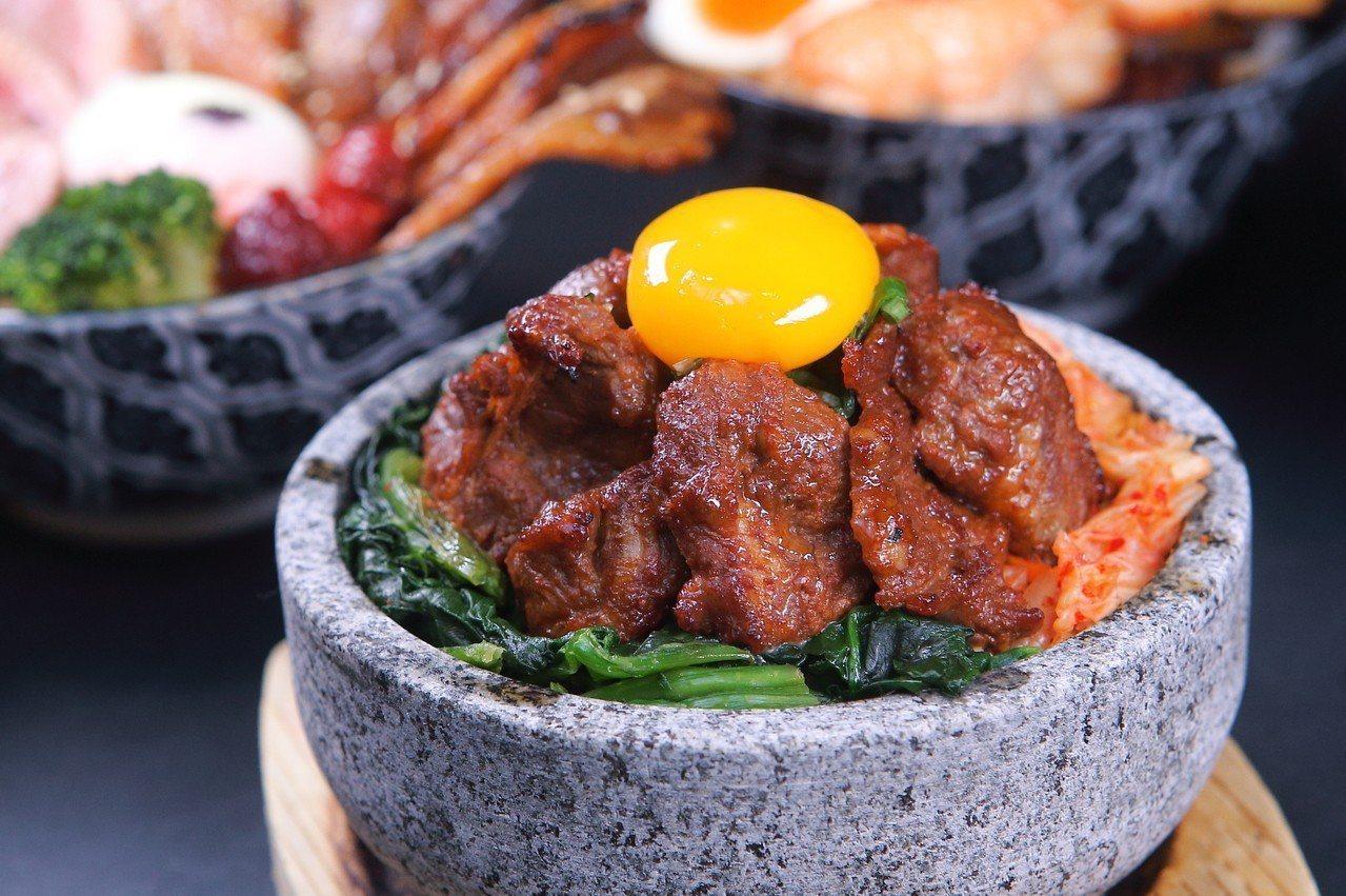 「韓式牛肋石燒拌飯」,售價300元。記者陳睿中/攝影