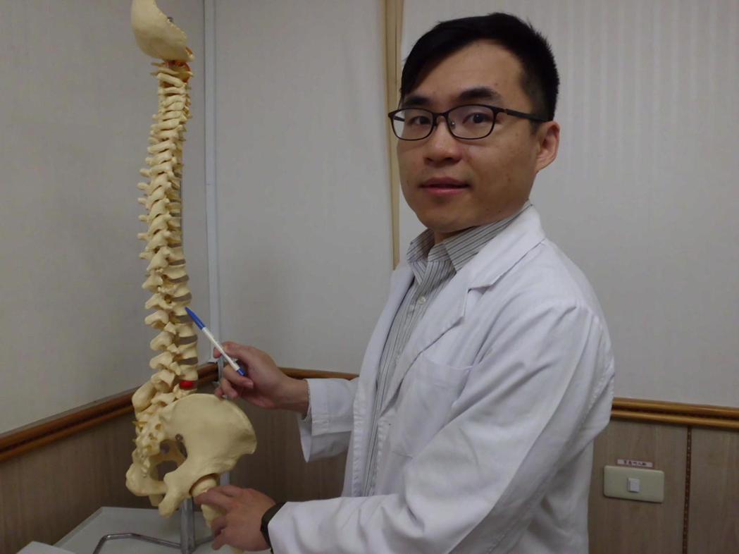 彰化縣員林市宏仁醫院復健科醫師唐浩偉說,病人第一腰椎因骨質疏鬆並發生壓迫性骨折。...