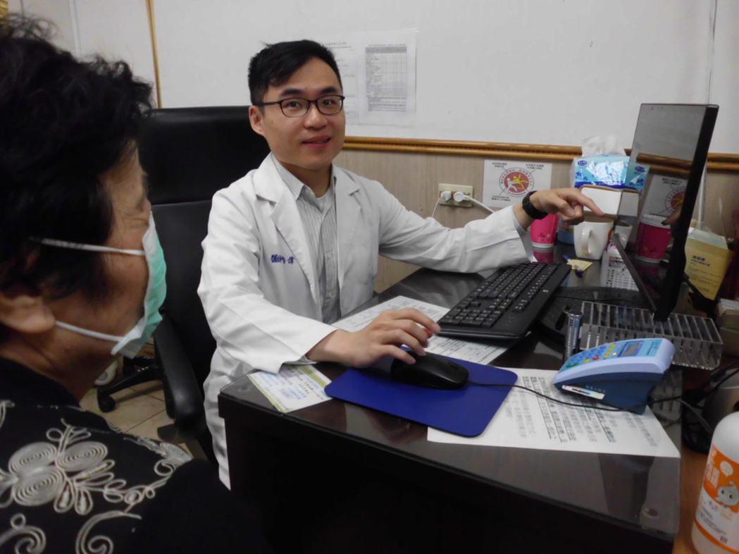彰化縣員林市宏仁醫院復健科醫師唐浩偉向病人解說病情。記者林敬家/攝影