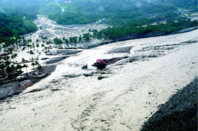 莫拉克襲台挾帶強風豪雨,導致小林村旁獻肚山崩塌,土石掩埋小林村全村169戶,當時...
