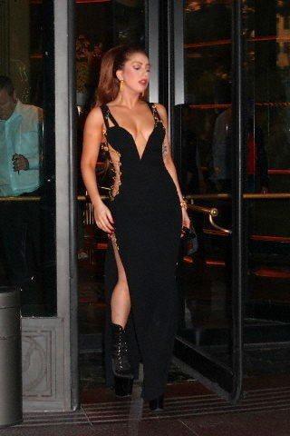女神卡卡幾年前也曾穿過Versace別針禮服。圖/摘自coolspotters....