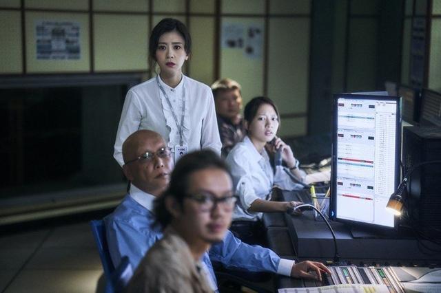 賈靜雯在《我們與惡的距離》首集穿的白襯衫,以蕾絲細節柔化宋喬安的強悍印象。圖/取...