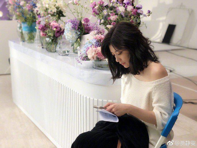 38婦女節當日貼文,賈靜雯小露性感也是穿白色上衣。圖/取自微博