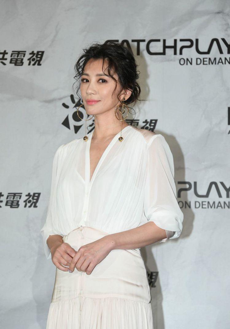 賈靜雯身著sandro 2019春夏系列出席電視劇《我們與惡的距離》首映記者會。...