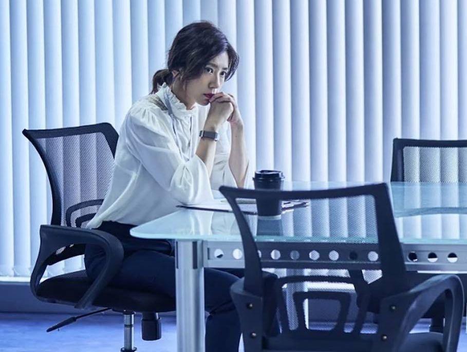 賈靜雯在《我們與惡的距離》首集的白襯衫之一,以領圍蕾絲和鏤空細節作為變化。圖/取...